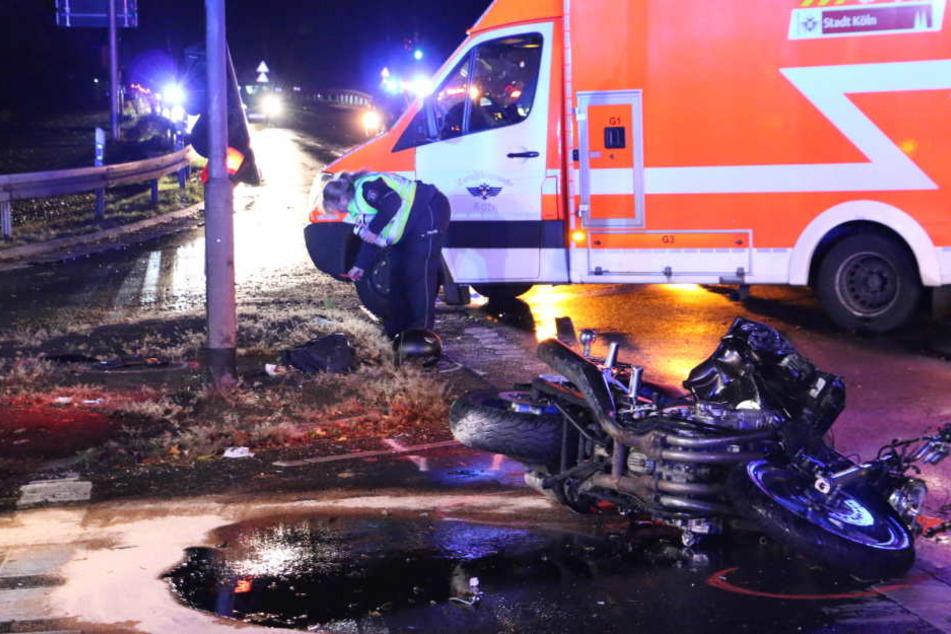 BMW wechselte Spur: Kölner Motorradfahrer (†24) kracht gegen Ampel und stirbt vor Ort