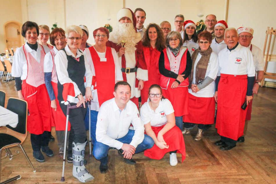 40 ehrenamtliche Helfer sorgen unter anderem dafür, dass das warme Essen auf den Tisch kommt.