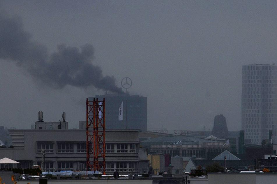 Dunkle Rauchschwaden ziehen über Berlin auf.