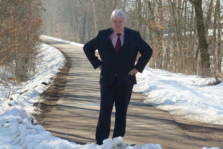Bürgermeister Dieter Greysinger (51, SPD) hat den jahrelangen Kampf um den  Radweg satt und hofft jetzt auf Baurecht.