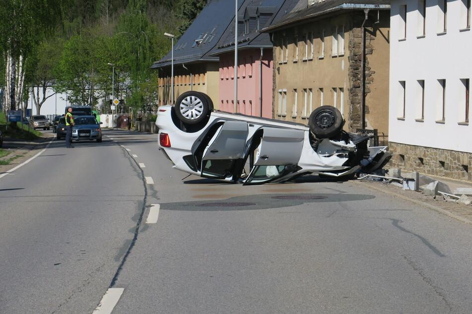 Die Fahrerin und ihr Kind wurden bei dem Unfall verletzt.