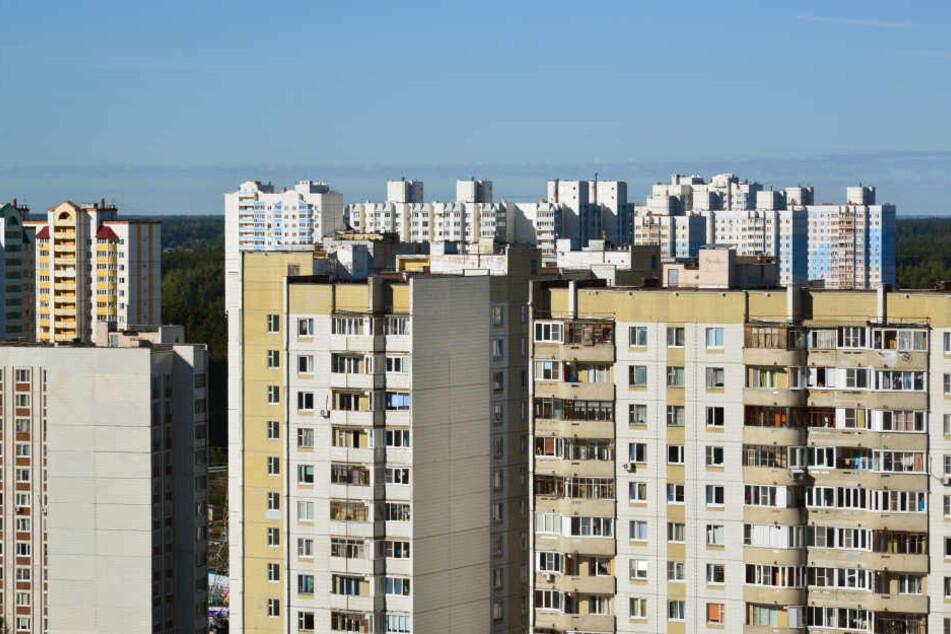 Die Familie bewohnte eine kleine Wohnung im 14. Stock eines Hochhauses. (Symbolbild)