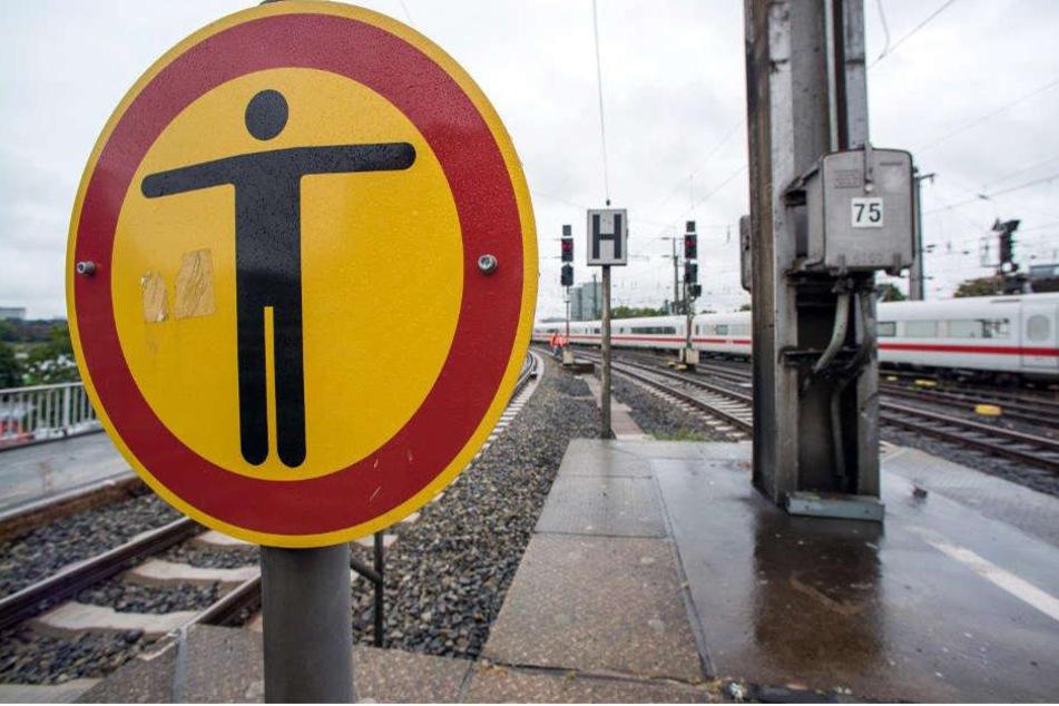 Ein Ausflug in das Gleisbett der Bahn ist niemals eine gute Idee. (Symbolbild)