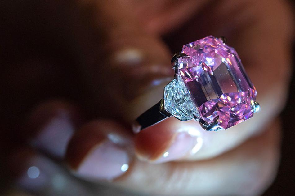 Der rosafarbene Diamant hat knapp 19 Karat.