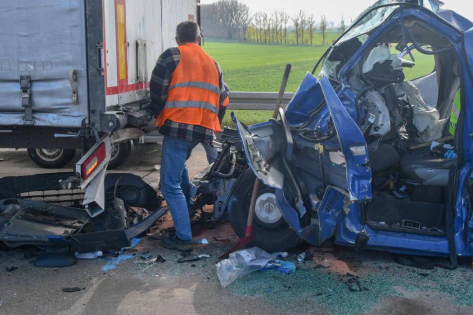 Vollsperrung! Transporter rast auf A14 unter Lastwagen, Fahrer schwer eingeklemmt