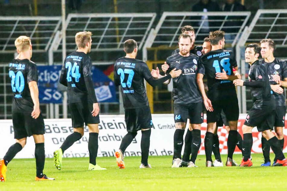 Die namhaften Spieler um Carsten Kamlott und Jan Löhmannsröben sollen seit zwei Monaten auf ihr Gehalt und ihre Prämien warten.