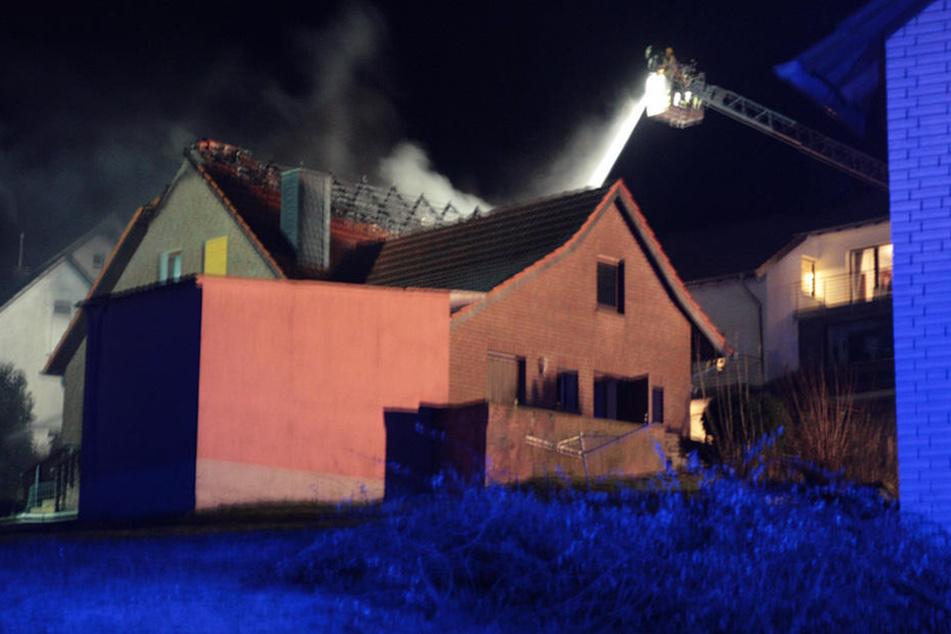 Die Flammen schlugen weit aus dem Dachboden hinaus.
