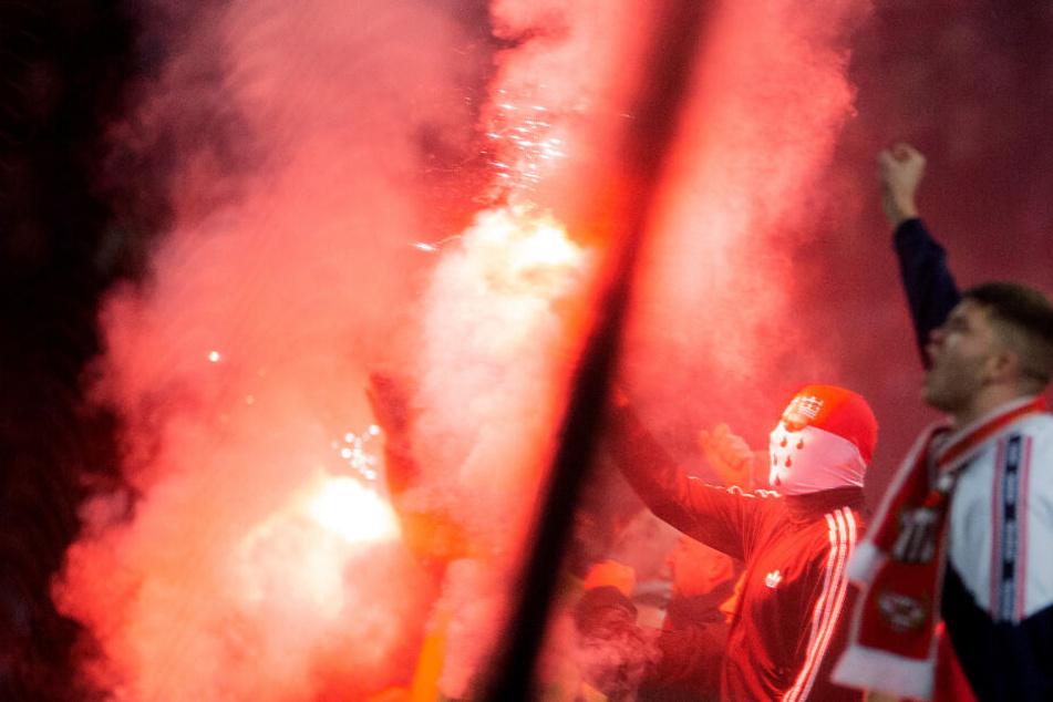 Kölner Fans brennen Pyros ab.