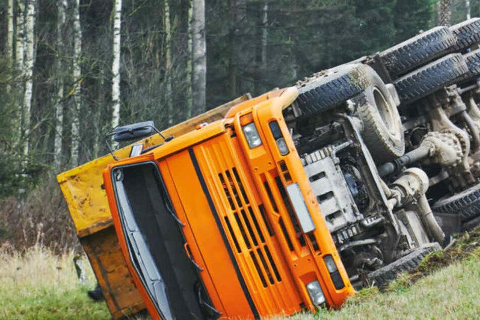 Der Lkw blieb im Graben liegen und riss sich den Tank auf. (Symbolbild)