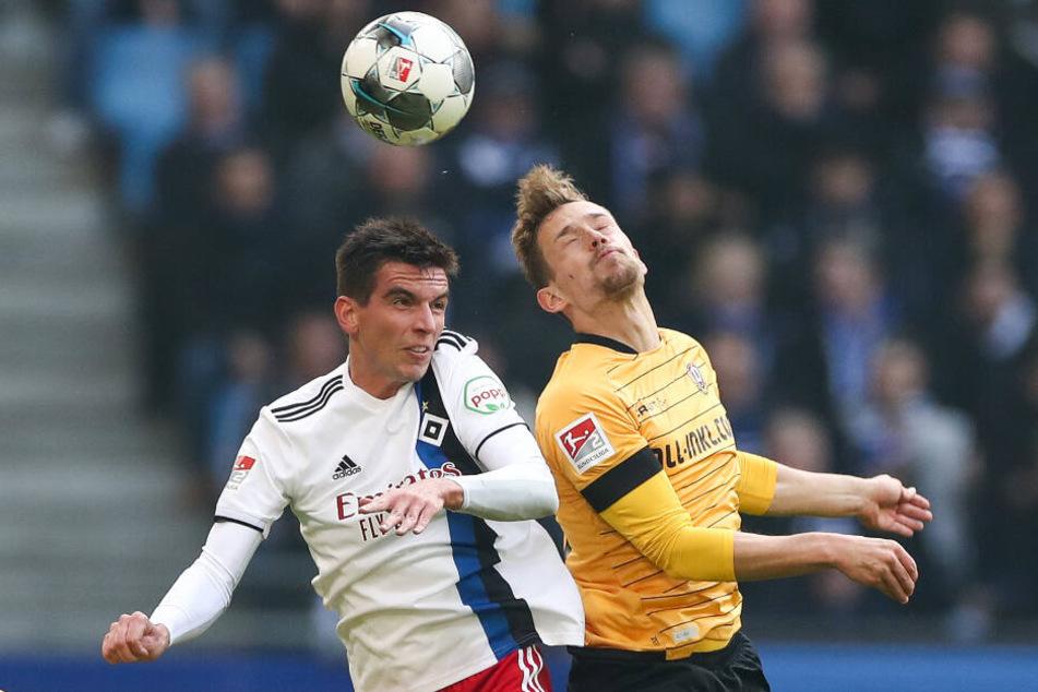 Dynamo-Verteidiger Jannik Müller (r.) im Kopfballduell mit dem Hamburger Christoph Moritz.
