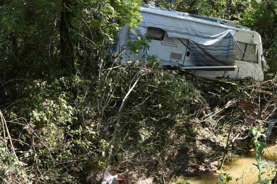 Ein durch die schweren Unwetter in Südfrankreich beschädigter Wohnwagen steht im überschwemmten Gebiert.