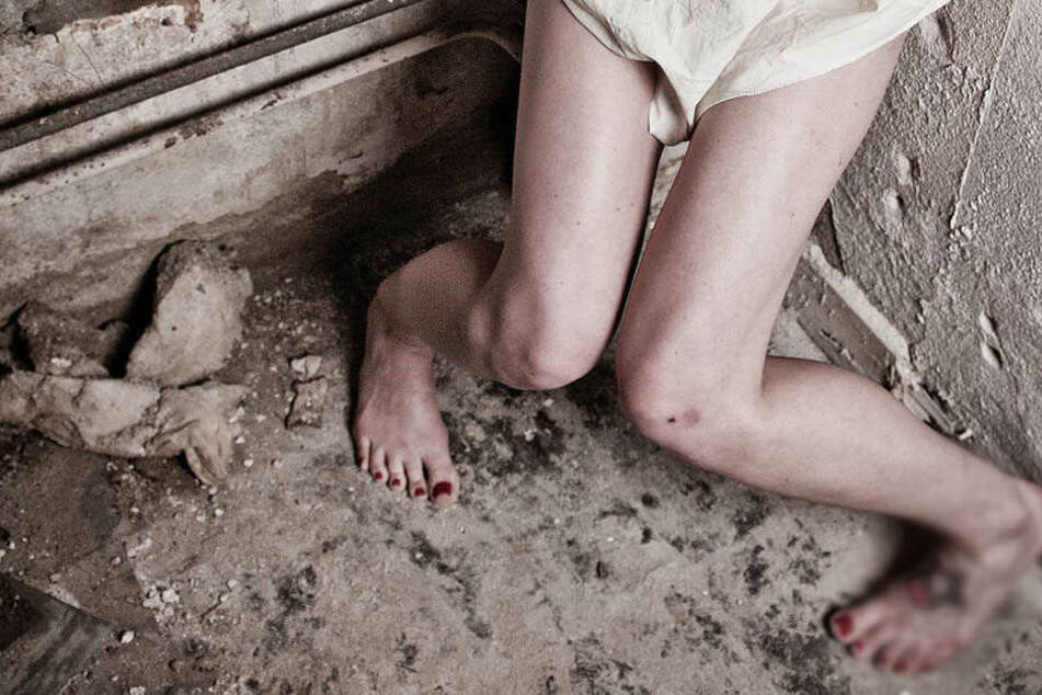 Nackt und angekettet! Polizei macht unfassbar grausamen Fund