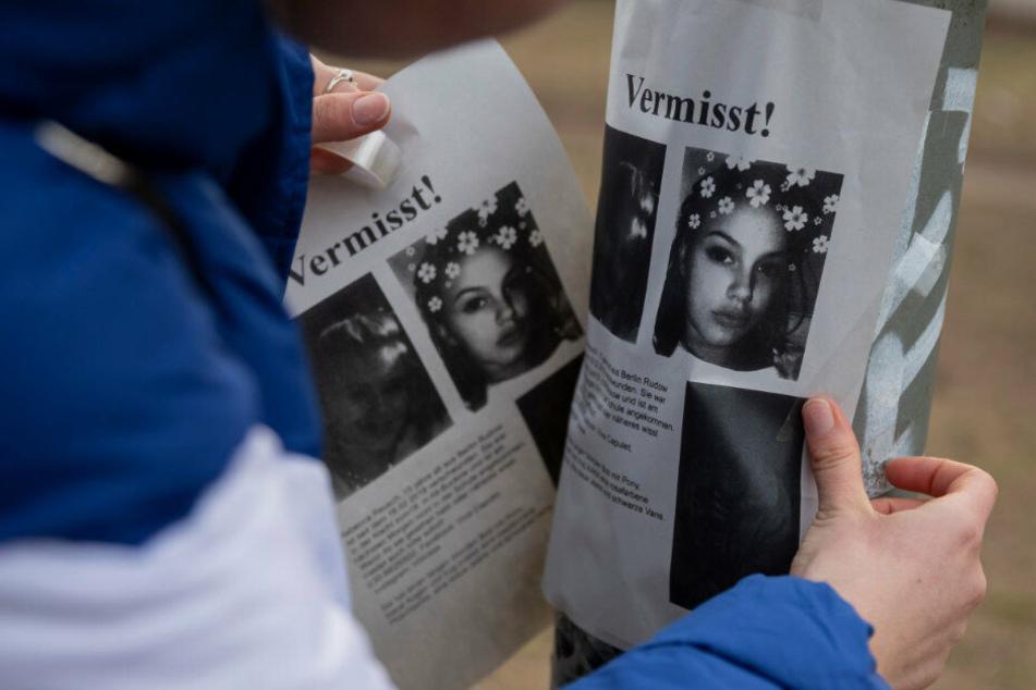 Ein junges Mädchen, das mit einer Gruppe Jugendlicher unterwegs ist, klebt in einem Park zwischen den U-Bahnhöfen Johannisthaler Chaussee und Britz-Süd Flugblätter an einen Laternenpfahl. (Archivbild)