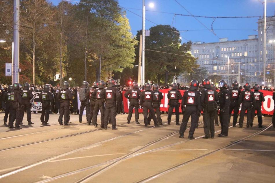 Die Polizei kesselt die Gegendemonstration am Ring ein.