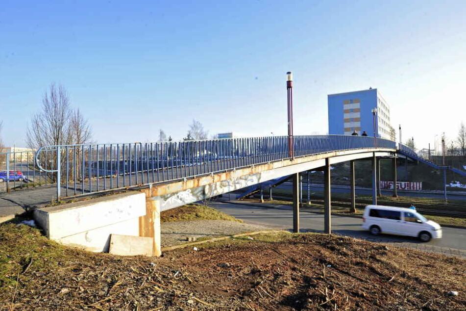 """Vor dem Abriss: Das """"Blaue Wunder"""" in Eckersbach wird abmontiert und die Straßenbahnhaltestelle umgestaltet."""
