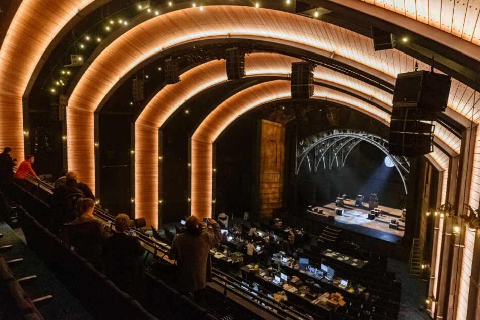 Der Blick der Zuschauer wird durch Holzbögen zur Bühne gelenkt.