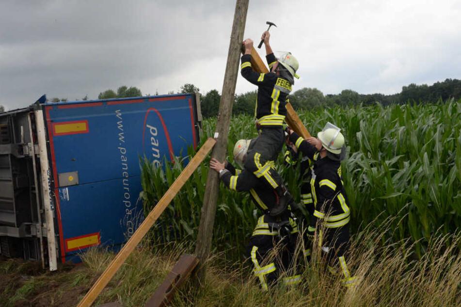 Ein Telefonmast wurde bei dem Unfall in Mitleidenschaft gezogen.