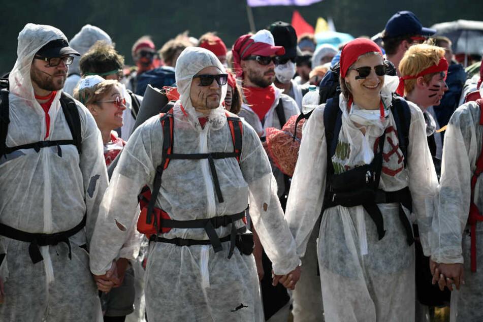 """Aktivisten vom Aktionsbündnis """"Ende Gelände"""" sammeln sich am Rand des Braunkohletagebaus Garzweiler"""