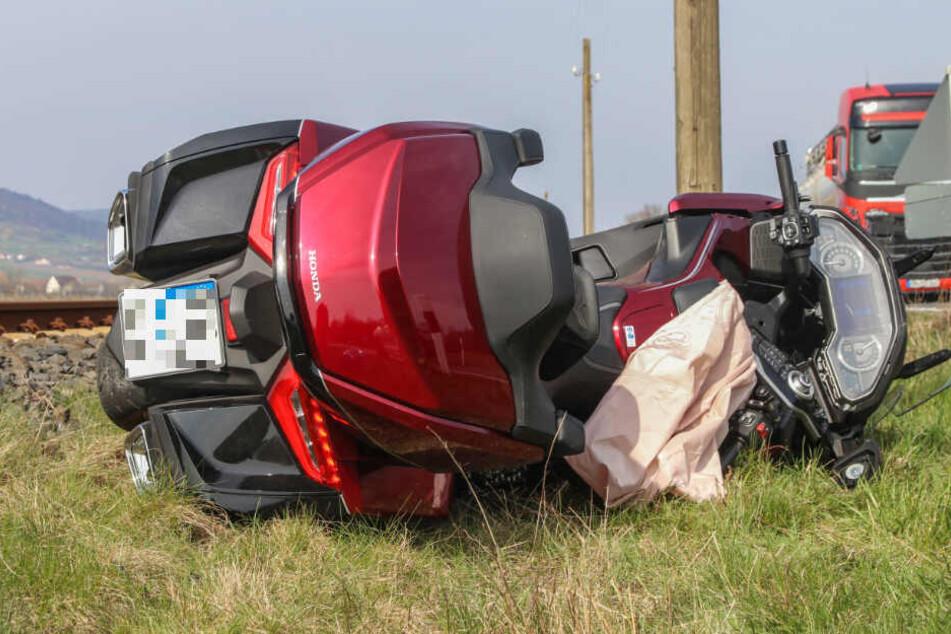Ein Motorradfahrer wurde in Bayern bei einem Unfall schwer verletzt.