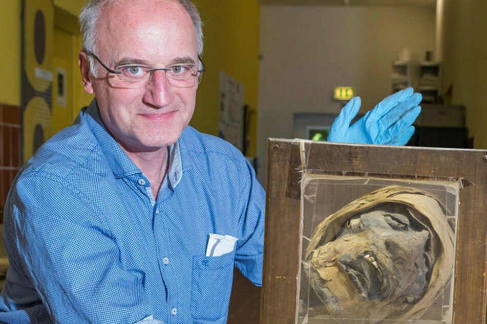 Christoph Heiermann (59) vom Sächsischen Landesamt für Archäologie und seine Kollegen haben den Mumienkopf zuerst untersucht, ihn dann weiter an die Kollegen vom Ägyptischen Museum Leipzig gegeben.