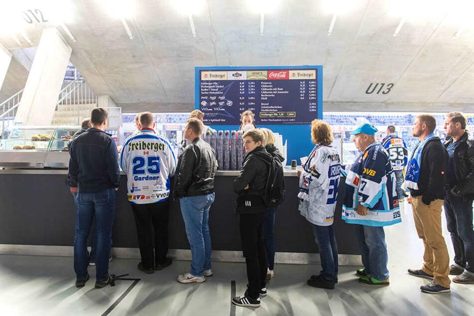 Neuen Bierpreis schlucken oder gleich einen Liter-Becher verlangen? Die Eislöwen-Fans haben am Cateringstand die Wahl!