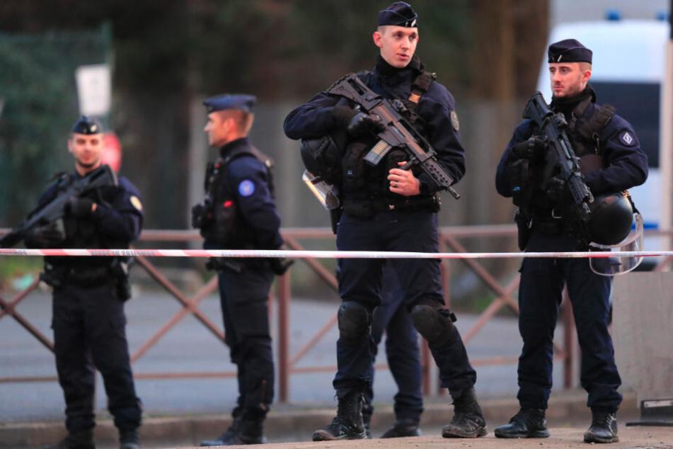 Die tödliche Messerattacke nahe Paris wurde am Samstag als terroristische Tat eingestuft.