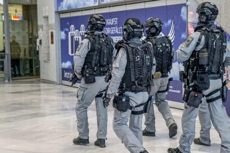 Seit Mittwochabend sind am Stuttgarter Flughafen Polizisten in Schutzmontur unterwegs.
