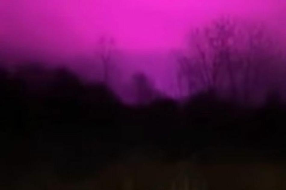 Die Amerikanerin Brandi Maureen traute ihren Augen nicht, als sich der Himmel plötzlich pink verfärbte.