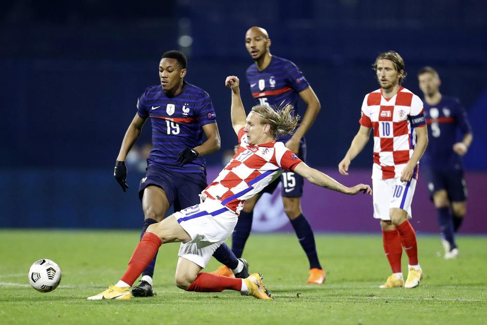 Der Kapitän der kroatischen Nationalmannschaft Domagoj Vida (vorne grätschend, hier im Spiel gegen Frankreich am 14. Oktober) spielte gegen die Türkei eine Halbzeit lang mit, obwohl er mit Corona infiziert war.