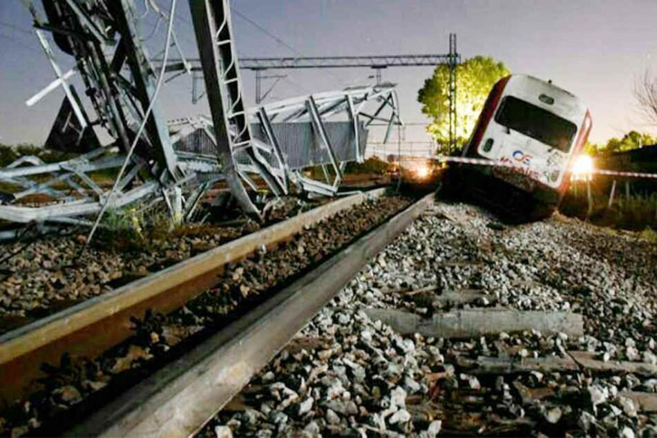 Zug entgleist, dann rast die Lokomotive in ein Haus: Mehrere Verletzte