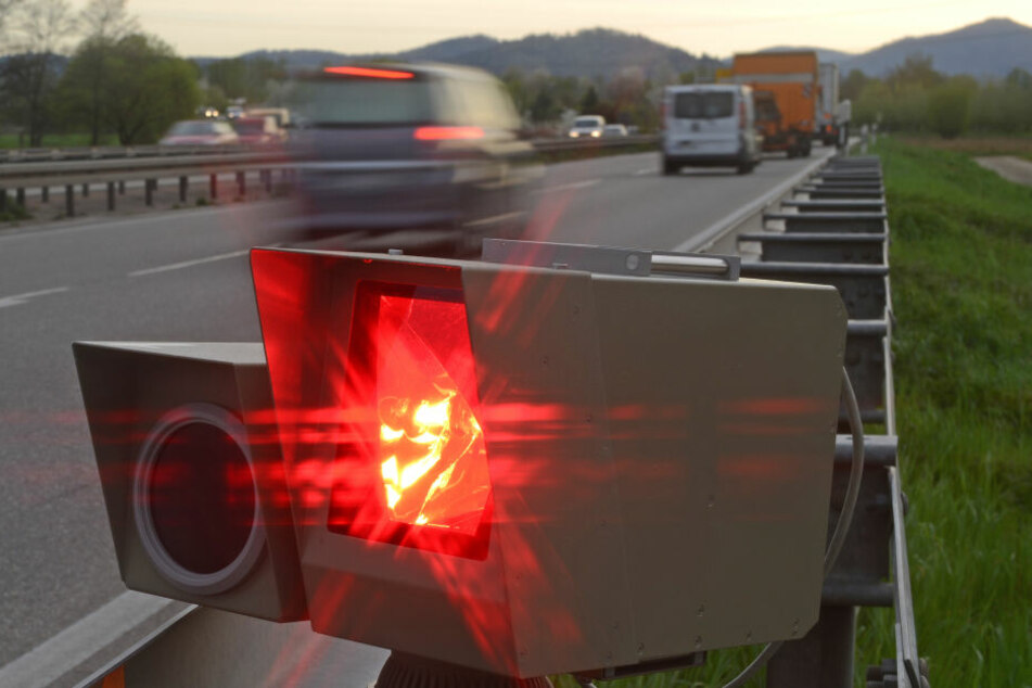 Obwohl der Blitzer auslöste, muss der Autofahrer keine Strafe zahlen (Symbolbilder).