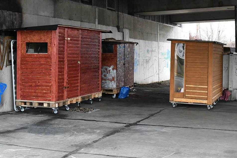 Holzhütten für Obdachlose stehen in Berlin unter einer Autobahnbrücke unweit des Bahnhofs Pankow-Heinersdorf.