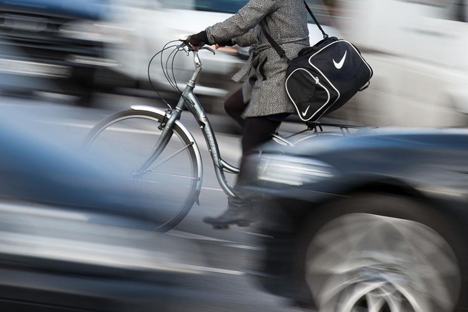 Der VW-Fahrer fuhr weiter geradeaus, obwohl er hätte rechts abbiegen müssen. Das wurde dem Radfahrer zum Verhängnis (Symbolbild).