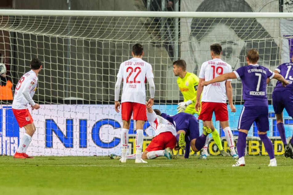 Der Ball ist im Netz des Regensburger Kastens, Sören Gonther (M., im Fallen) hat per Kopf getroffen.