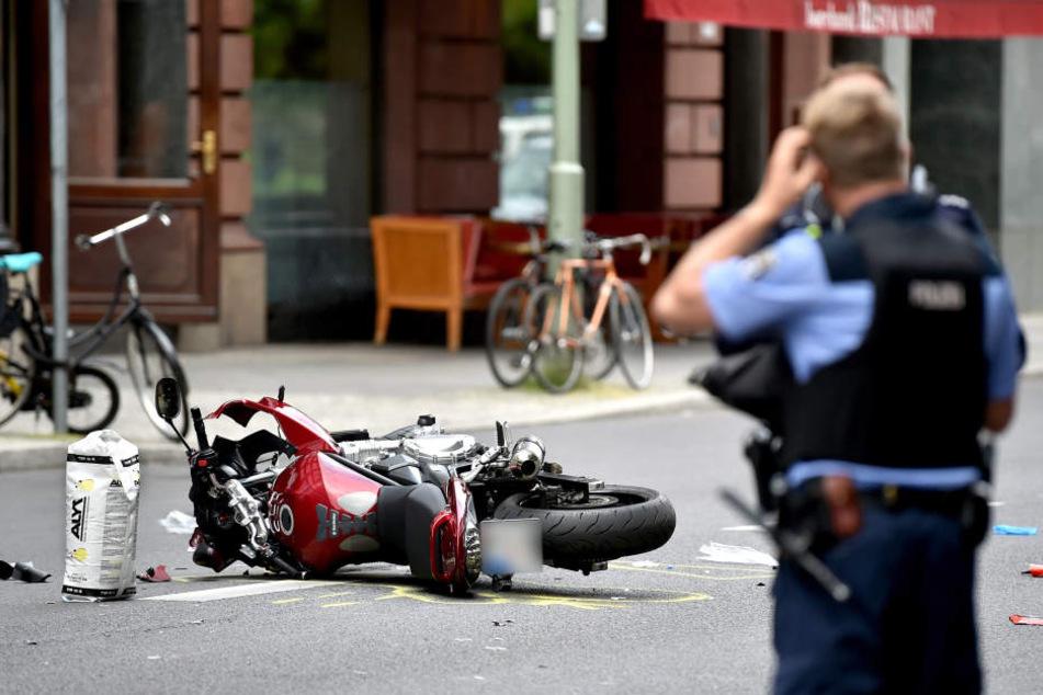 Ein Motorrad ist mit Fußgängern zusammengestoßen.