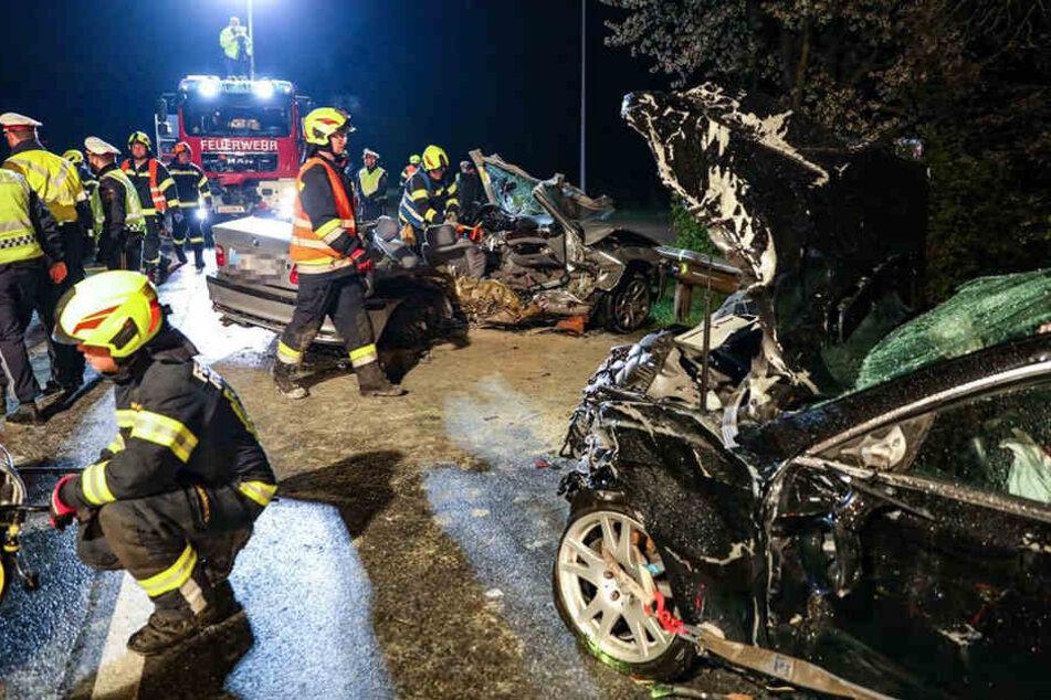 Schrecklich! Die Wracks der beiden Fahrzeuge lassen erahnen, wie heftig der Zusammenstoß war.