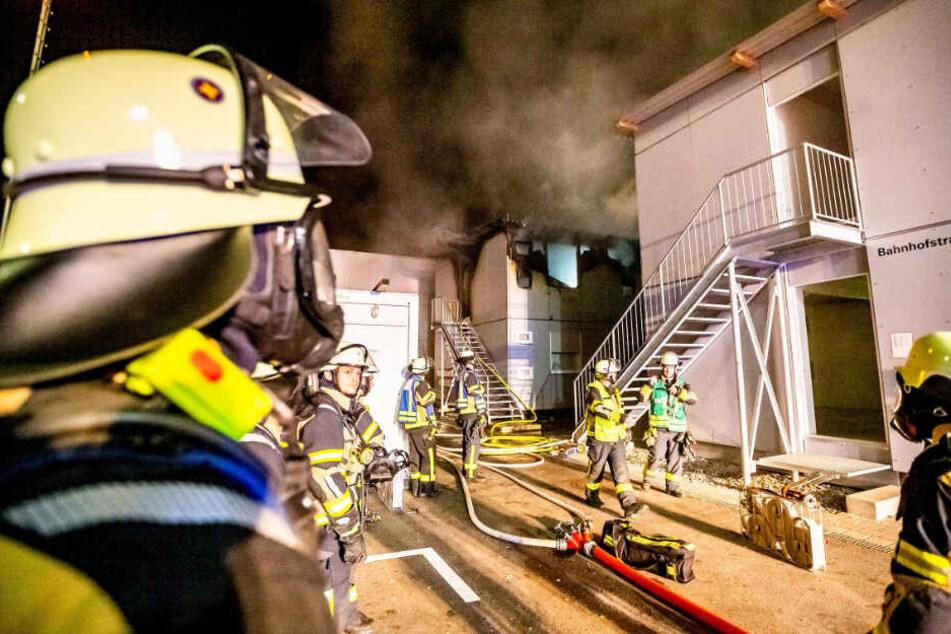 Der Container im Hintergrund wurde bei dem Feuer zerstört.