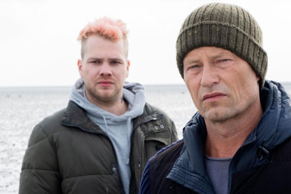 Nick Tschiller (Til Schweiger, rechts) muss im neuen Tatort Tom Nix (Ben Münchow) beschützen.