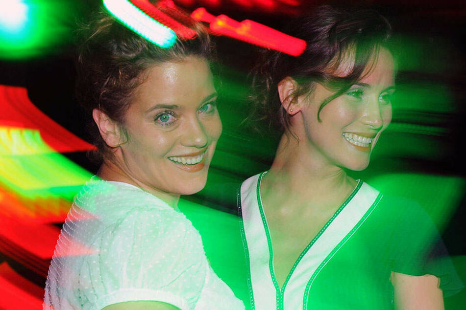 Muriel Baumeister mit ihrer Schwester Peri (2011) auf einer Party in Berlin.