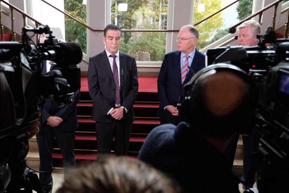 Hans-Dieter Kettwig (von links nach rechts), Stephan Weil und Bernd Althusmann sprechen nach dem Spitzentreffen zu Journalisten.