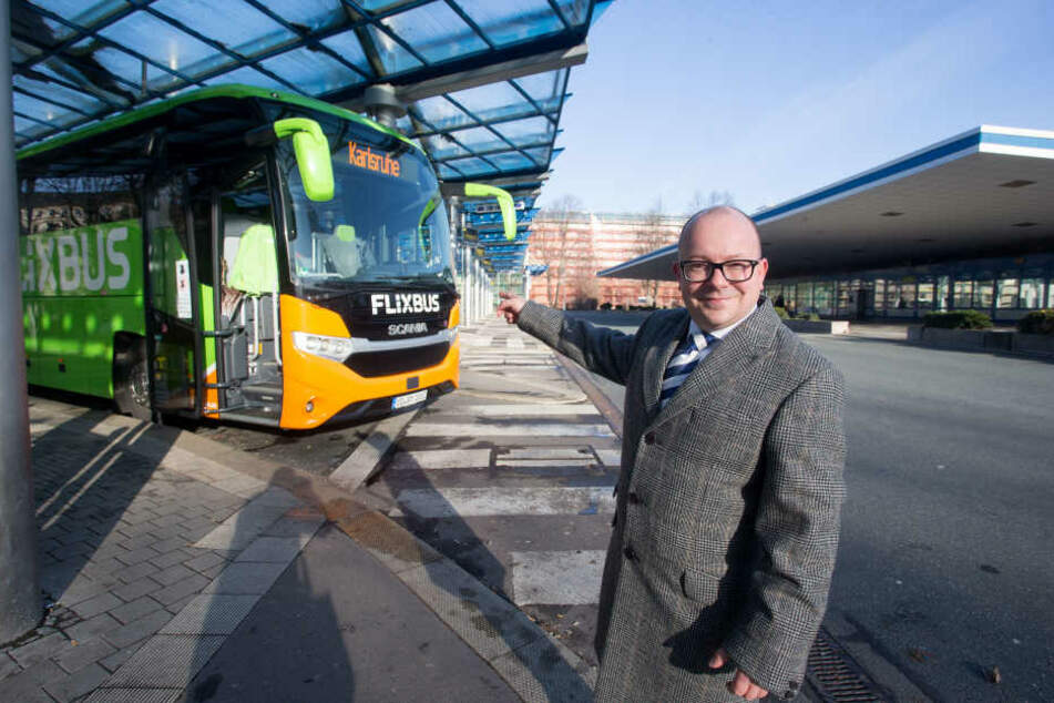 Alternative zu Bahn und Pkw: Bundestagsabgeordneter Frank-Müller Rosentritt (35, FDP) am Busbahnhof mit einem Flixbus
