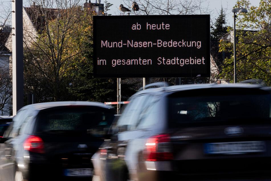 """Seit Mittwoch wird in Düsseldorf auf elektronischen Tafeln der Text """"Ab heute Mund-Nasen-Bedeckung im ganzen Stadtgebiet"""" ausgespielt."""