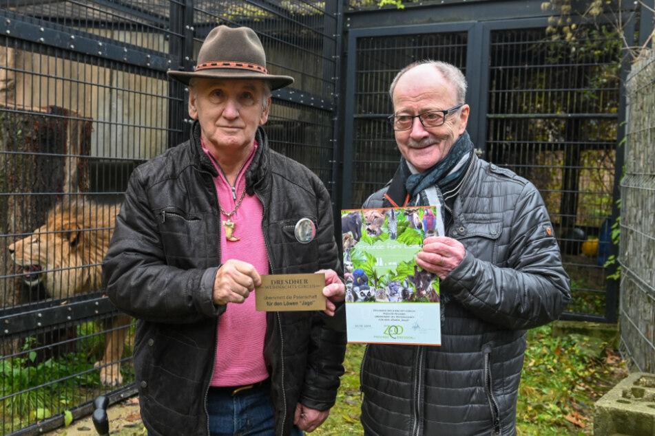 """Kennt die Patenschaftsentwicklung: Ralf Leidel (72, r.) von den """"Zoo-Freunden Dresden"""". Im November 2019 übergab er Zirkusdirektor Mario Müller Milano (71) eine Patenschaft für einen Löwen."""