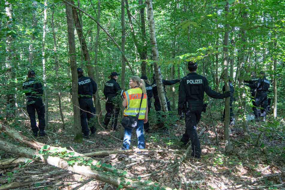 Polizisten suchten in einem Waldstück bei München nach den zwei Leichen.