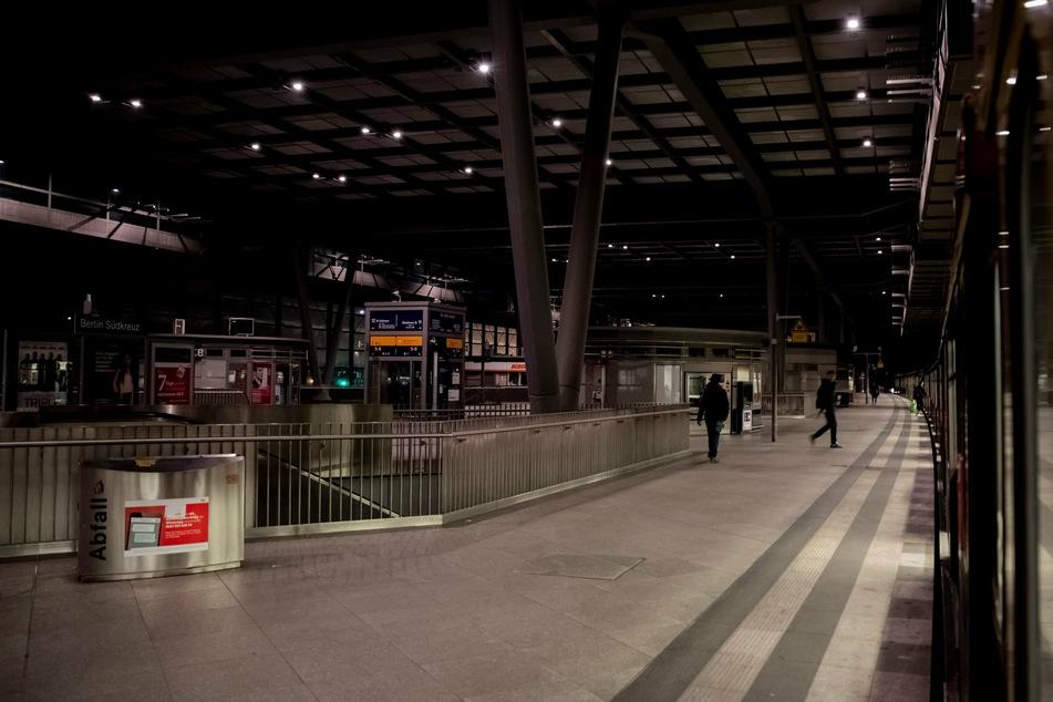 Nach dem Fund eines verdächtigen Gegenstandes ist der Bahnhof Südkreuz am Samstagnachmittag gesperrt worden. (Archivbild, Symbolbild)