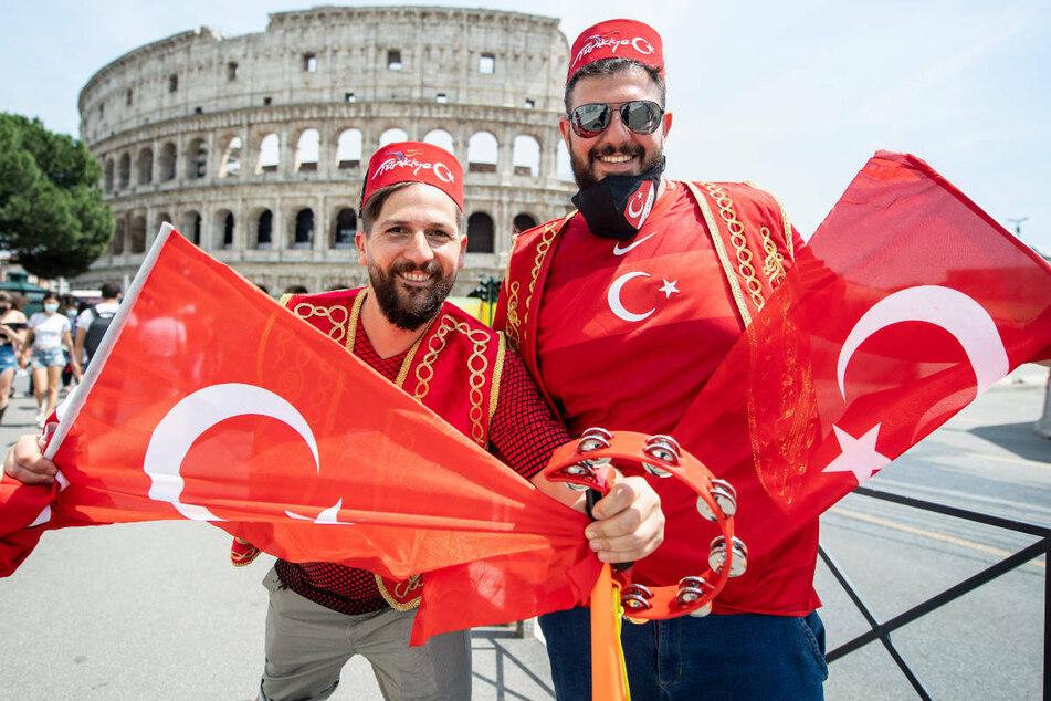 Türkische Fans freuen sich am Freitag in Rom auf das Eröffnungsspiel ihrer Mannschaft bei der Europameisterschaft gegen Italien.