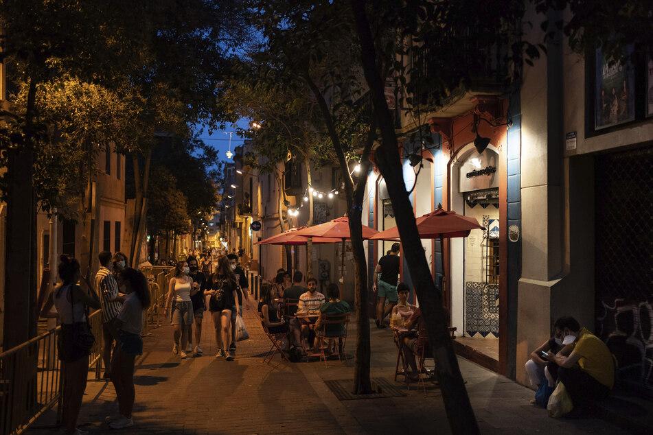 Touristen schlendern über die Straßen von Barcelona in der spanischen Region Katalonien. Deutsche sollten aktuell vorerst nicht in die Stadt reisen, zumindest rät das Auswertige Amt davon ab. (Archivbild)