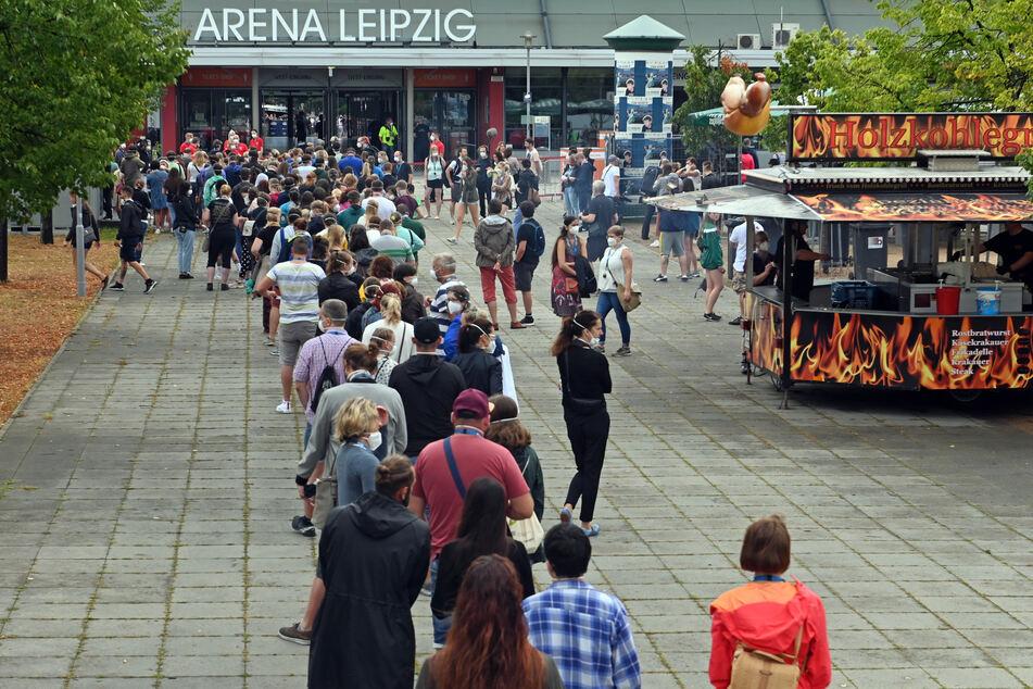 Studien-Teilnehmer warten vor der Arena Leipzig.