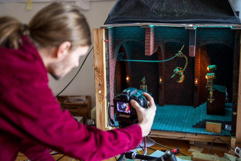 Pro Sekunde Film braucht er manchmal bis zu drei Stunden, denn die Bewegungen der Figuren entstehen in einzelnen Kameraaufnahmen.