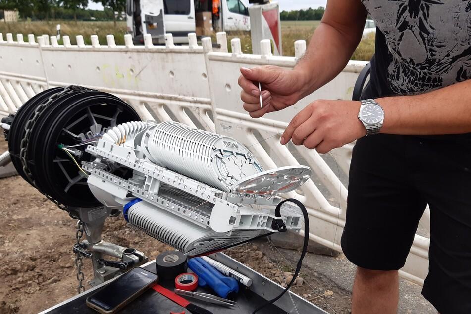 Am Mittwochnachmittag spleißen Techniker die kaputten Glasfaserkabel zusammen.